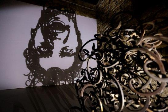 """Rashad Alakbarov, """"The man falling"""", (Instalación, 2013), Construcción en metal, foco."""
