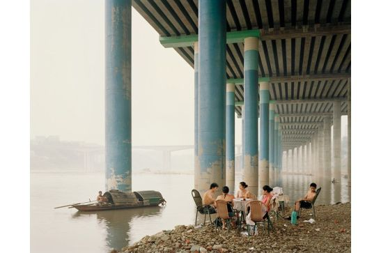 Nadav Kander. Chongqing IV (Picnic de domingo), Distrito de Chongqing (China), 2006.