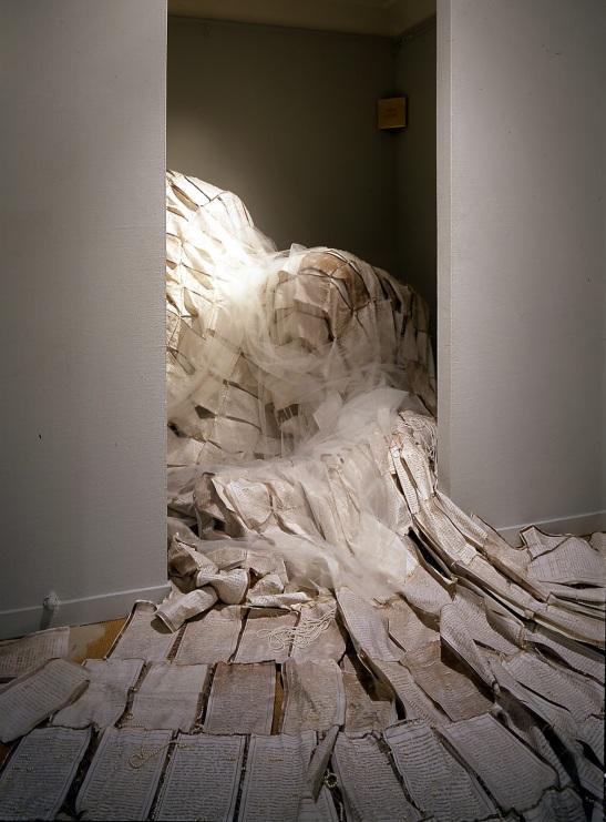 """Instalación """"La perfecta casada"""" en Galería Elvira Gonzalez, 2001"""