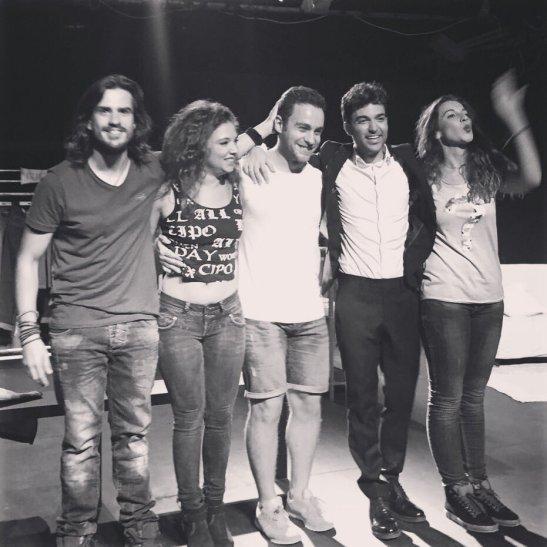Los actores al terminar la función de Etiquétame en Nave 73 del Twitter de @andresdenavarro